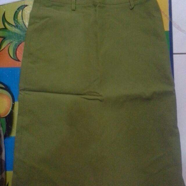 Rok Midi Bahan Jeans Warna Hijau Esmeralda Size M ada Siblekan Samping