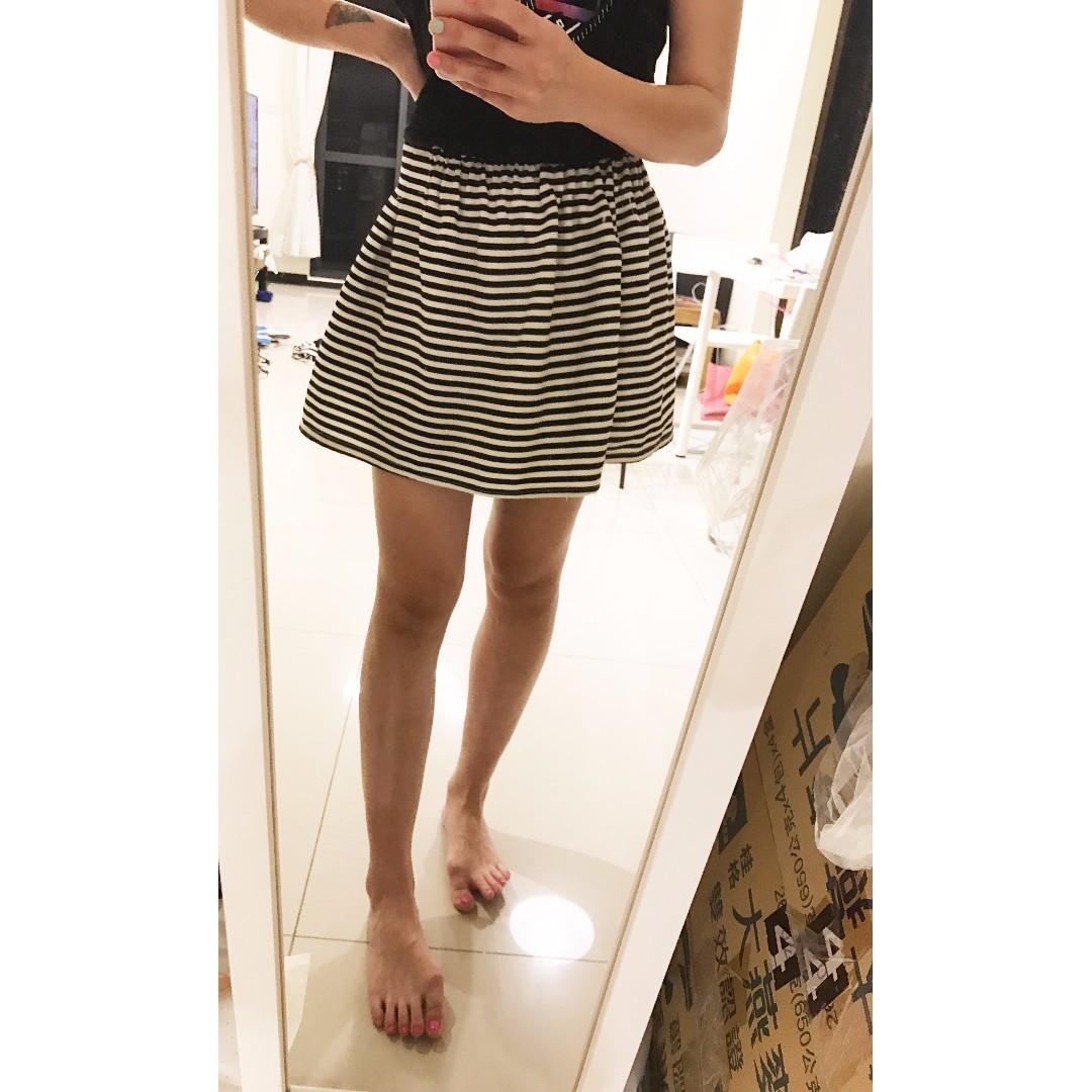 時尚百搭款微澎黑白線條條紋短裙