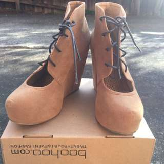 NEW Glassons SZ 9 Tan Wedge Ankle Boot W Lace Up Detail
