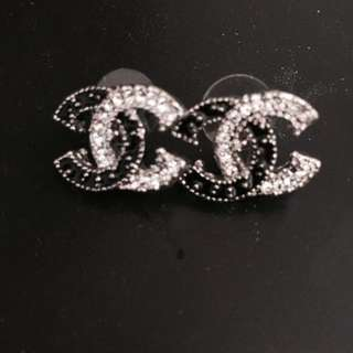 Chanel 經典之作!水鑽黑白相間耳環。