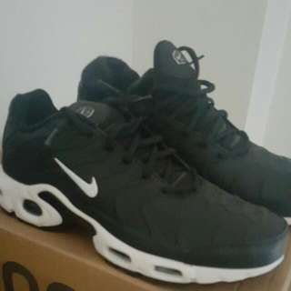 black tns size 8 but can fit 8.5