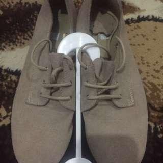 Sepatu Semi Kulit
