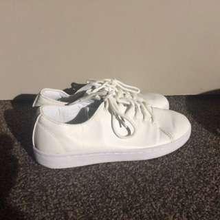 White tennis sneakers