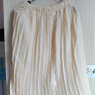 米色百摺裙