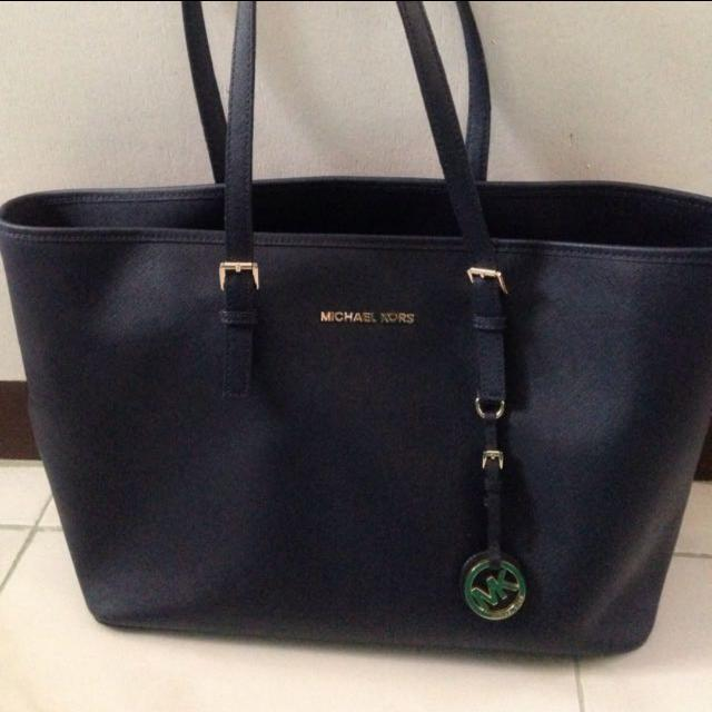 5fa268c9cb08 ... sale authentic michael kors bag navy blue preloved womens fashion a5719  f26d3