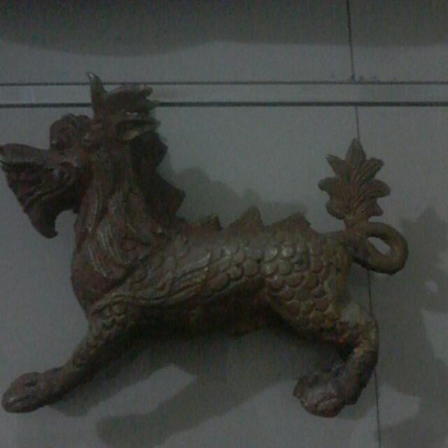 Patung Naga Berbadan Kuda Buatan Tangan Manusia