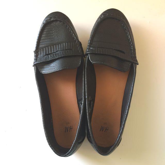 Sepatu H&M Black Loafers Size 37