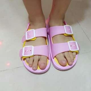 中童涼鞋。兒童涼鞋。