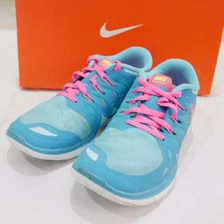 Nike女孩冰淇淋色慢跑鞋