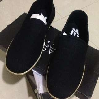 Sepatu Casual Minarno, Bahan Canvas