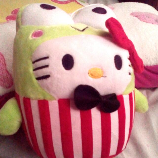 Hello kitty in keropi costume