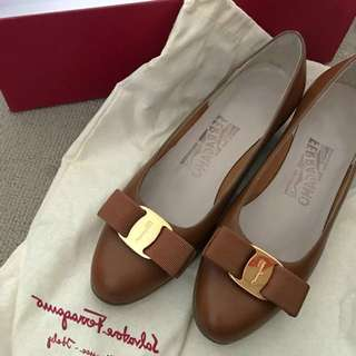 Ferragamo Low Heel Pump (size5)