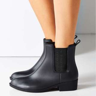 URBAN OUTFITTERS BLACK RAIN BOOTS