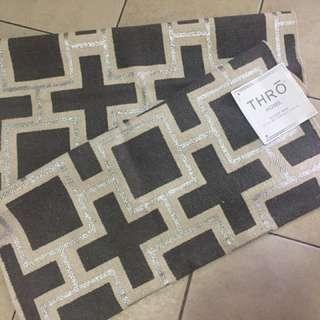 THRŌ accent rug