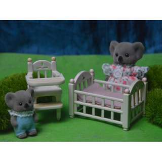 SYLVANIAN FAMILIES BAY CRIB AND HIGH CHAIR SET (BUNDLE)