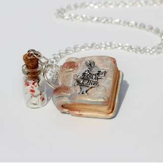 Alice in Wonderland Necklace (069)