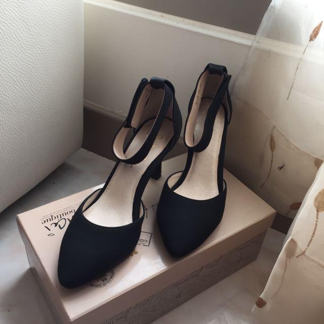 低跟黑色高跟鞋