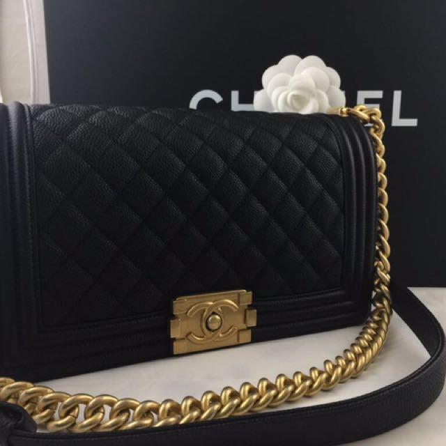 25 Boy Chanel,黑 荔枝皮金釦款,美極了。