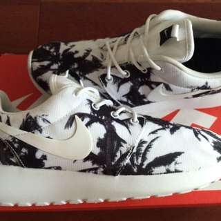 ROSHE RUN 'PALM TREES' SIZE 6.5 WMNS