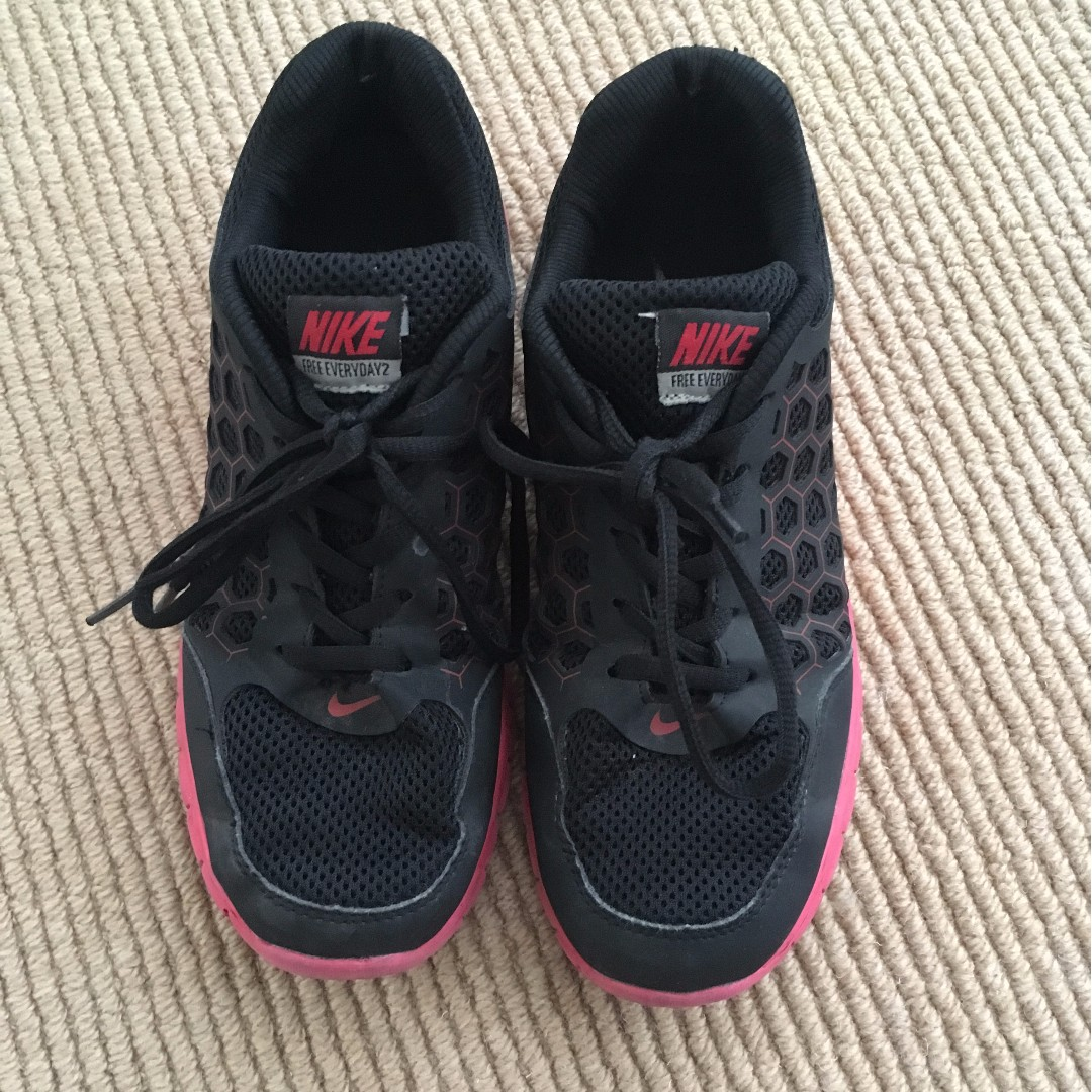 NIKE RUNNERS - TRENDY RED AND BLACK DESIGN USED