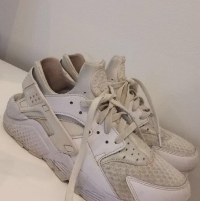 WHITE NIKE WOMENS HUARACHES
