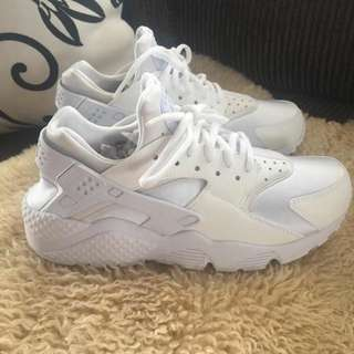 BRAND NEW NIKE HUARACHES!