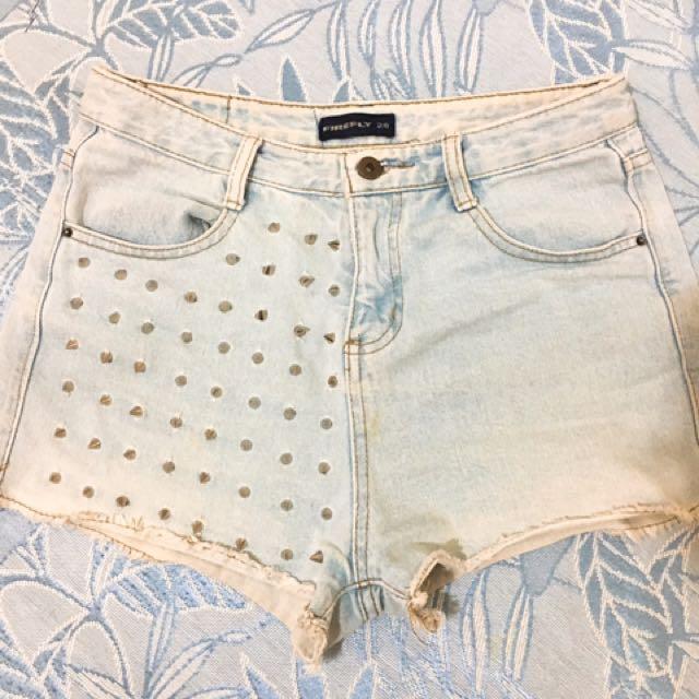 淺色卯釘設計牛仔短褲