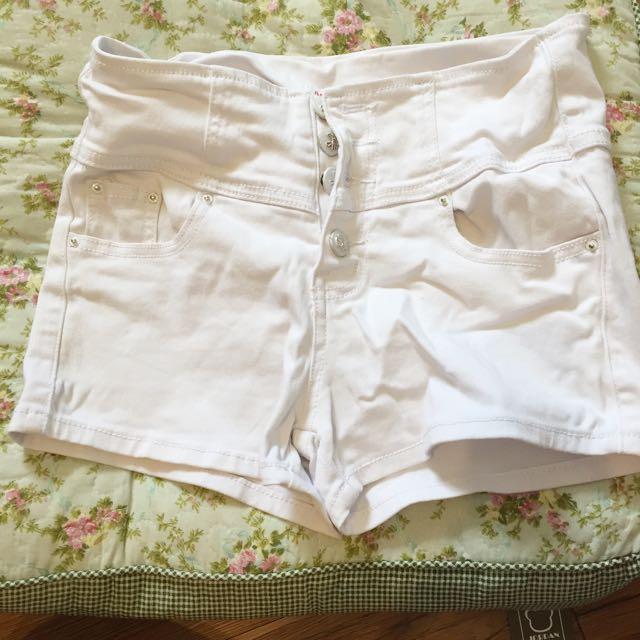 白色小短褲