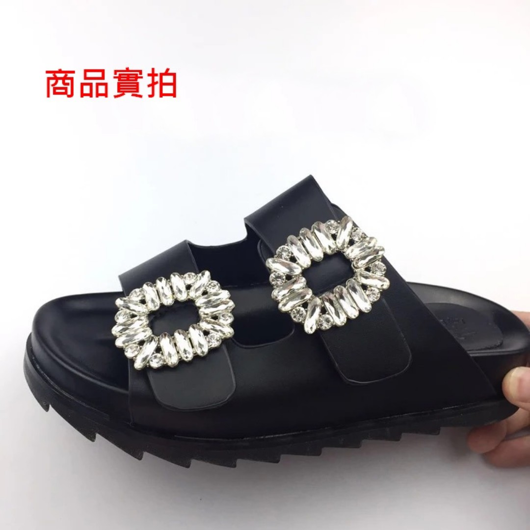 <<現貨+預購 >>歐美方扣水鑽一字平底厚底露趾涼拖鞋