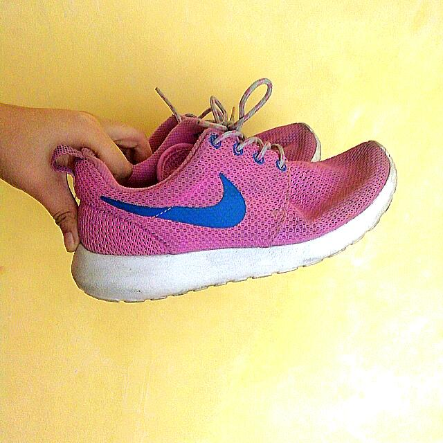 online store cb6ea 28db6 ... sweden pink nike roshe run womens fashion shoes on carousell 8196c 906a4