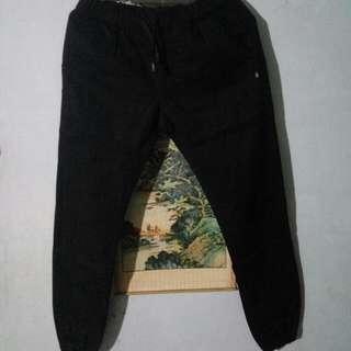 Celana jogger hitam pekat