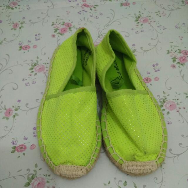 Sepatu gingersnap