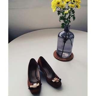 Brown leather shoes with ribbon