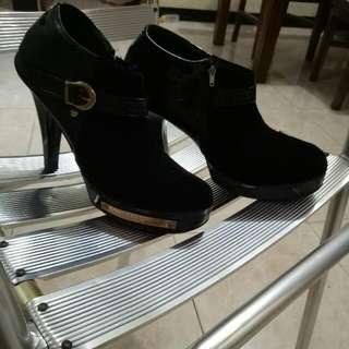sepatu Bahan Beludru Kalep