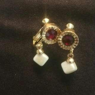 紅鑽搭方形垂墜緞面珍珠耳環《耳夾式》