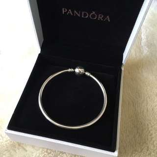 Pandora Moments Bangle Size 17