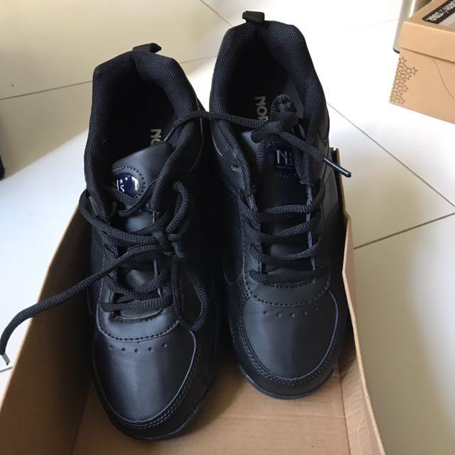 North Star Black School Shoes Sz 5