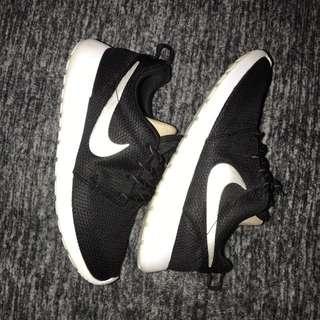 Black And White Nike Roshe Runs
