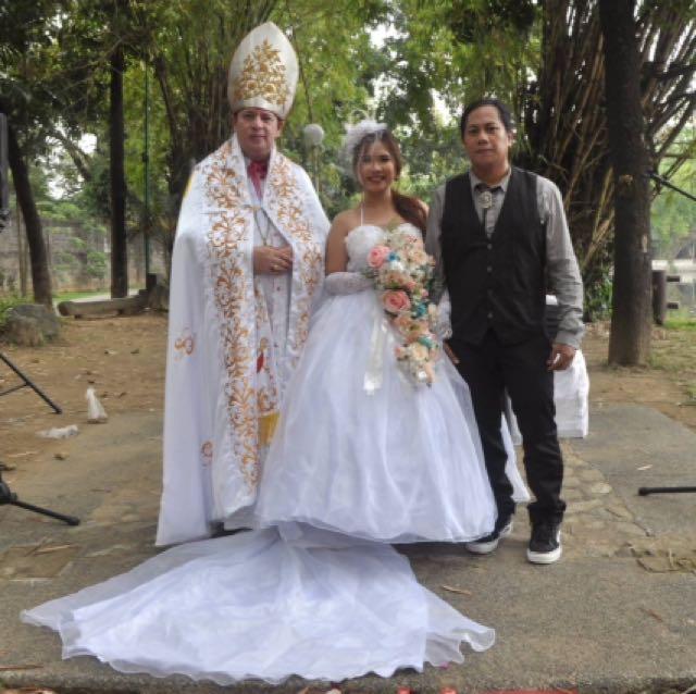 Wedding officiant Nagkakasal