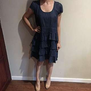 Dress Pendek Denim dengan Aksen Ruffle Di Rok