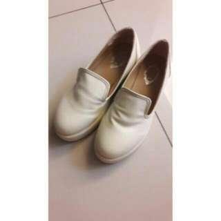 白色後底鞋
