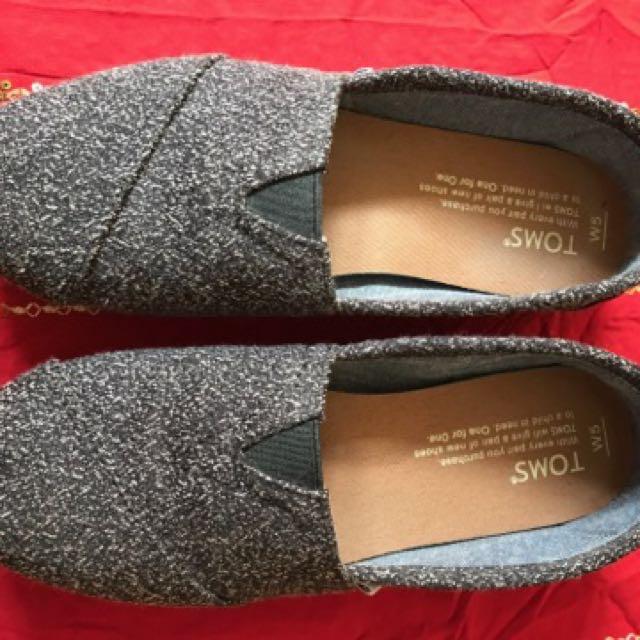 Grey toms
