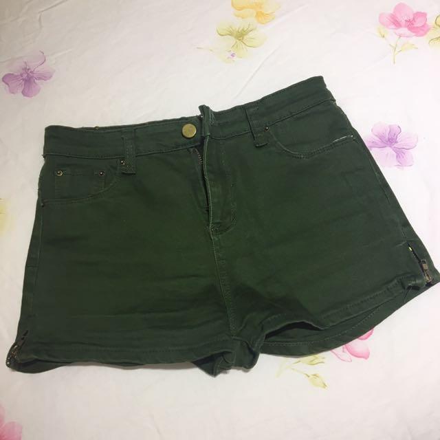 墨綠色短褲