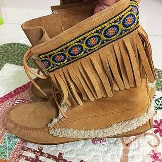 民俗風流蘇刺繡咖啡色系麂皮真皮中筒靴