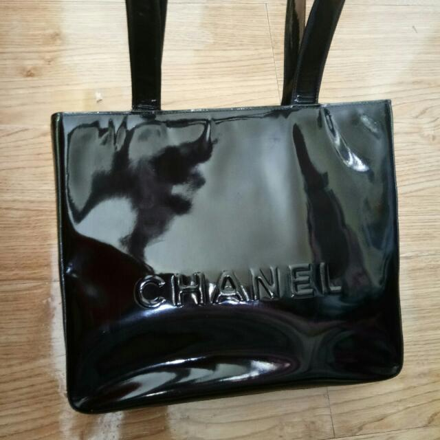 selling my authentic chanel patent bag . normal sign of usage but in good used condition ..