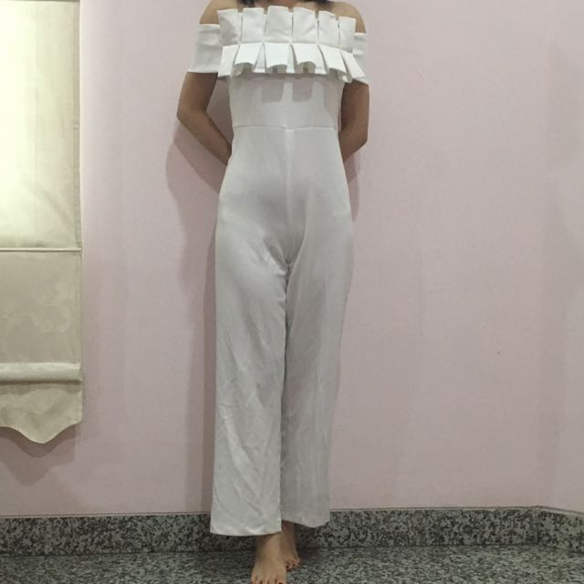 Suki the label white off shoulder jumpsuit size M