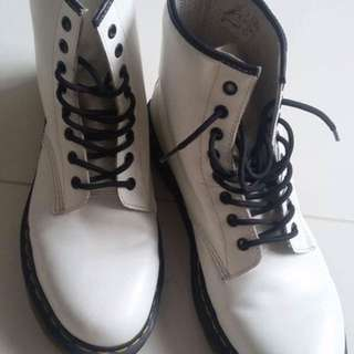 9ca4418c3320 White Dr Martens Boots