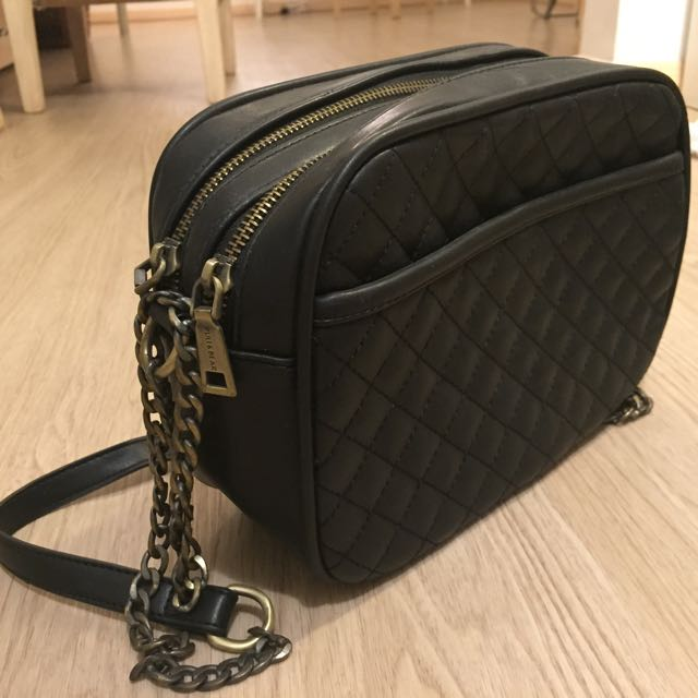 REPRICE- PULL&BEAR BLACK SLING BAG (PRELOVED)