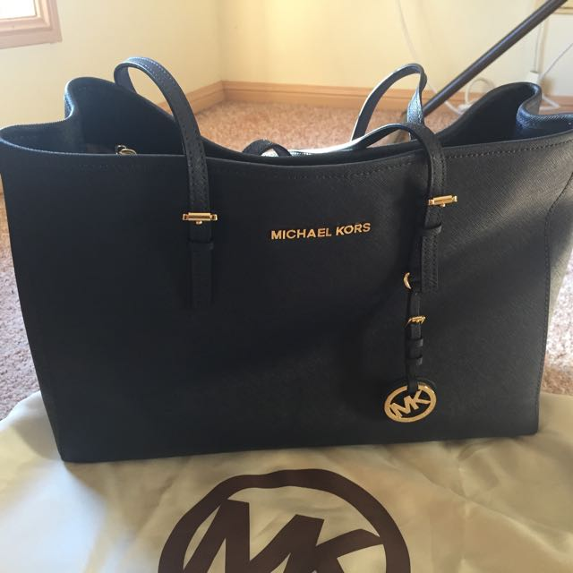 Want to sell or Swap with a good item my Authentic MK bag. Reason i find it too big would love a smaller one. Bought from US.