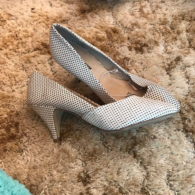 Women's Size 8 White Court Shoe